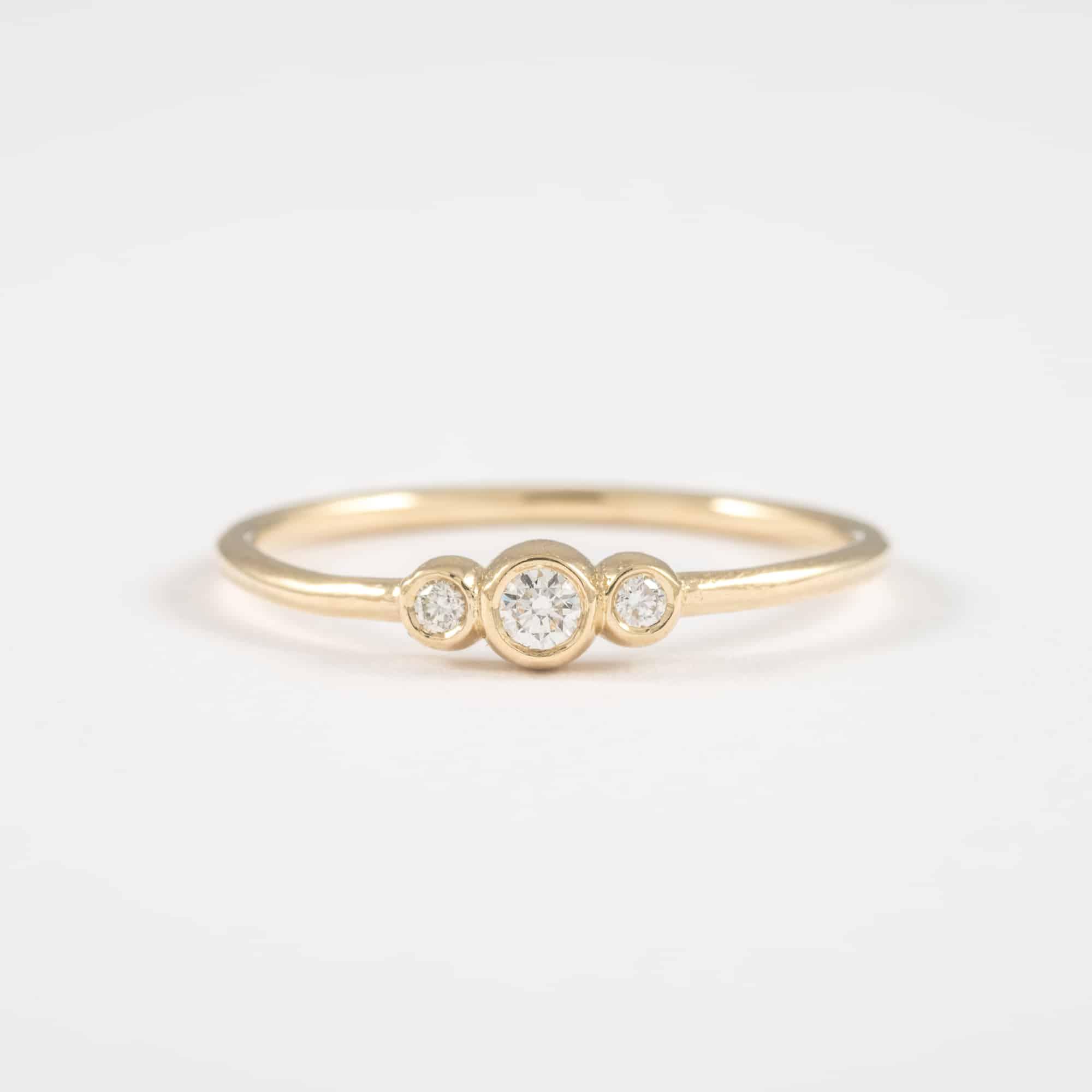 טבעת זהב רומנטית משובצת 3 יהלומים